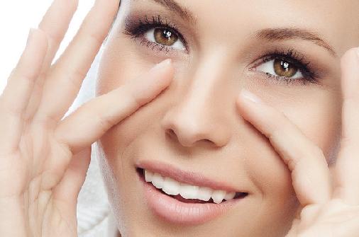 Massage ấn huyệt vùng mắt
